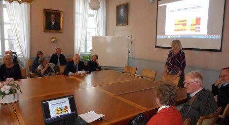 Preses Lisa Sennerby-Forsse berättade om KSLA vid Sida-seniorernas besök.