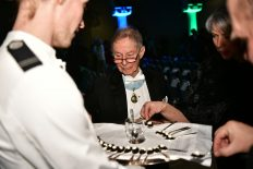 F v preses, hedersledamoten Mårten Carlsson provar den småländska störrommen.