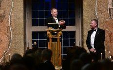 Toastmaster Magnus Stark tackade Stadshusets evenemangsansvarige Jonas Sohlberg.